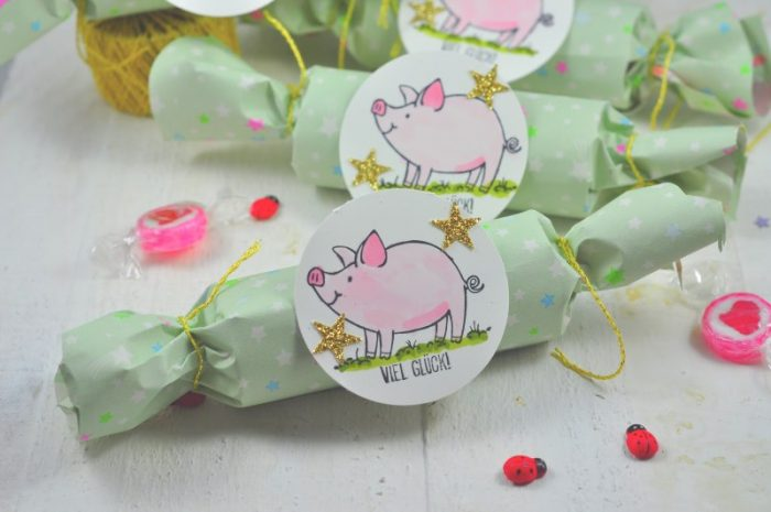 Mit diesen Knallbonbons bringst du Stimmung in die Silvesterparty. Das DIY ist schnell und einfach gemacht. Je nach Füllung sind sie für Kinder oder Erwachsene wunderbare kleine Geschenke. Du kannst sie für Silvester, Hochzeiten, Geburtstagen oder Kindtaufen verwenden.
