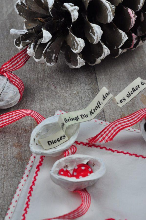 Glücksnüsse sind die perfekten Mitbringsel für die Silvesterparty - Die schnell gemachte DIY-Idee kommt bei deinen Gästen garantiert gut an und mit Glückssprüchen gefüllt hat jede Nuss ihre eigene kleine Botschaft.