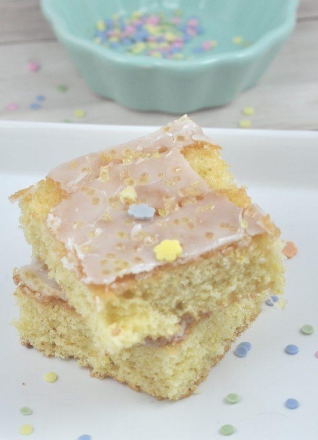 Zitronenkuchen vom Blech: dieses Rezept ist supereinfach, superlecker und herrlich saftig und fruchtig. Wir lieben dieses Zitronenkuchenrezept total.