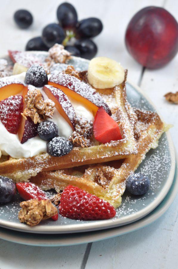 Perfekt für ein Sonntagsfrühstück eignet sich das Rezept für Sonntagswaffeln. Einfach und mit frischen Früchten sind die Waffeln ein Gedicht!