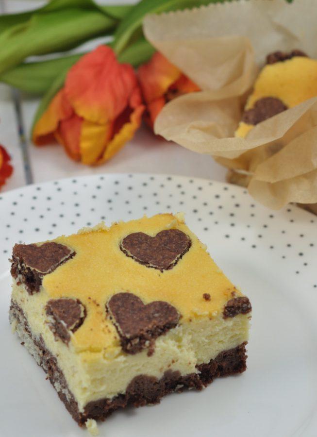 Backidee zum Muttertag: russischer Zupfkuchen mit Herzen. Einfaches Rezept mit ausgestochenen Herzen im Teig.